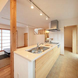 他の地域の和風のおしゃれなキッチン (シングルシンク、インセット扉のキャビネット、淡色木目調キャビネット、人工大理石カウンター、アイランドなし、ベージュの床、白いキッチンカウンター) の写真