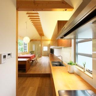 名古屋のアジアンスタイルのおしゃれなキッチン (シングルシンク、フラットパネル扉のキャビネット、中間色木目調キャビネット、無垢フローリング、茶色い床) の写真