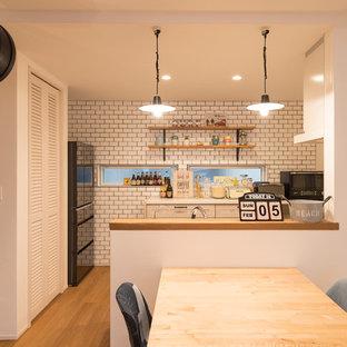 京都のビーチスタイルのおしゃれなII型キッチン (無垢フローリング、茶色い床) の写真