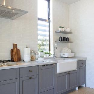 名古屋のトランジショナルスタイルのおしゃれなキッチン (落し込みパネル扉のキャビネット、グレーのキャビネット、白いキッチンパネル、塗装フローリング、ベージュの床、白いキッチンカウンター) の写真