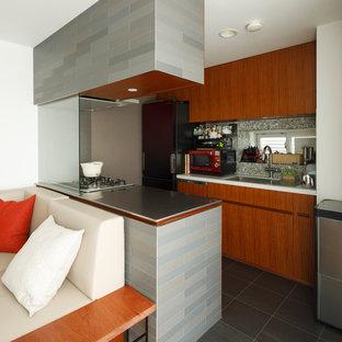 東京23区の小さいモダンスタイルのおしゃれなキッチン (シングルシンク、フラットパネル扉のキャビネット、中間色木目調キャビネット、ステンレスカウンター、グレーの床) の写真