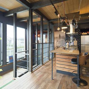 他の地域のインダストリアルスタイルのおしゃれなキッチン (シングルシンク、木材カウンター、無垢フローリング、茶色い床) の写真