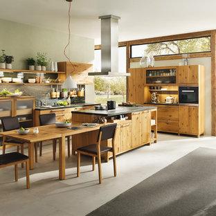 他の地域のアジアンスタイルのおしゃれなキッチン (ドロップインシンク、フラットパネル扉のキャビネット、中間色木目調キャビネット、大理石カウンター、コンクリートの床、グレーの床) の写真
