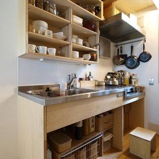 他の地域の小さい和風のおしゃれなI型キッチン (シングルシンク、オープンシェルフ、茶色いキャビネット、ステンレスカウンター、無垢フローリング、茶色い床) の写真