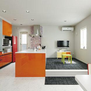 他の地域のコンテンポラリースタイルのおしゃれなキッチン (フラットパネル扉のキャビネット、オレンジのキャビネット、大理石の床、白い床) の写真