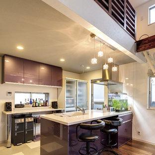 Offene, Zweizeilige Moderne Küche mit integriertem Waschbecken, flächenbündigen Schrankfronten, lila Schränken, Kücheninsel und buntem Boden in Tokio