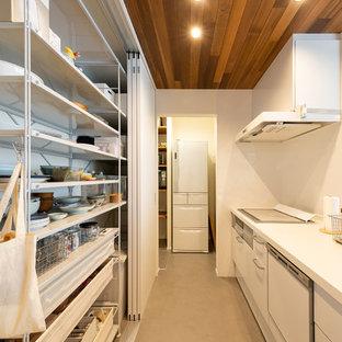 Idéer för ett asiatiskt vit linjärt kök med öppen planlösning, med vita skåp, bänkskiva i koppar, vitt stänkskydd, glaspanel som stänkskydd, rostfria vitvaror och grått golv