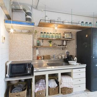 他の地域のインダストリアルスタイルのおしゃれなキッチン (ドロップインシンク、フラットパネル扉のキャビネット、塗装フローリング) の写真