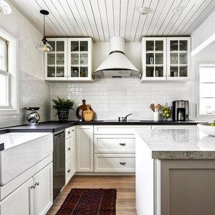 東京23区のL型北欧スタイルのキッチンの画像 (エプロンフロントシンク、落し込みパネル扉のキャビネット、白いキャビネット、無垢フローリング、アイランド1つ、茶色い床)