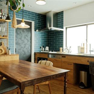 名古屋のアジアンスタイルのおしゃれなキッチン (フラットパネル扉のキャビネット、中間色木目調キャビネット、無垢フローリング、アイランドなし、茶色い床、グレーのキッチンカウンター) の写真