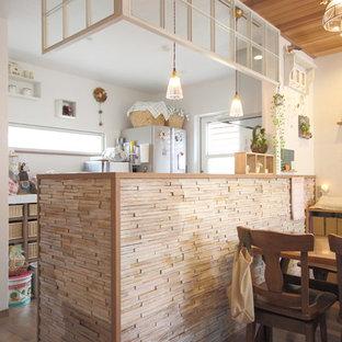 東京23区のシャビーシック調のおしゃれなペニンシュラキッチン (無垢フローリング) の写真