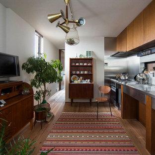 他の地域のアジアンスタイルのおしゃれなキッチン (ドロップインシンク、ステンレスカウンター、無垢フローリング) の写真