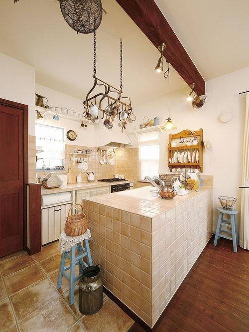 Offene zweizeilige mediterrane küche mit waschbecken arbeitsplatte aus fliesen küchenrückwand in beige