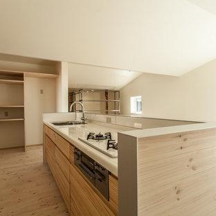 Offene, Kleine Moderne Küche in L-Form mit integriertem Waschbecken, hellen Holzschränken, Edelstahl-Arbeitsplatte, Küchenrückwand in Rosa, weißen Elektrogeräten und hellem Holzboden in Sonstige