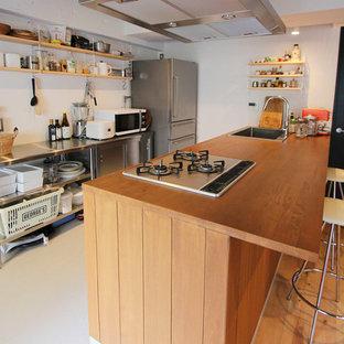東京23区のインダストリアルスタイルのおしゃれなキッチン (シングルシンク、木材カウンター、ベージュの床) の写真