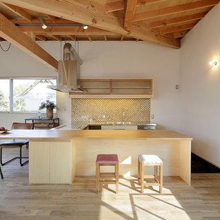 他の地域のアジアンスタイルのおしゃれなキッチン (シングルシンク、ステンレスカウンター、淡色無垢フローリング、ベージュの床) の写真