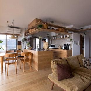 Immagine di una cucina rustica di medie dimensioni con lavello integrato, ante lisce, ante marroni, top in acciaio inossidabile, pavimento in legno massello medio, penisola, pavimento beige e top marrone