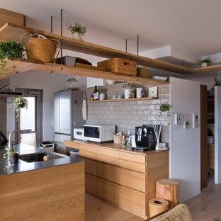 他の地域の中くらいのアジアンスタイルのおしゃれなキッチン (一体型シンク、フラットパネル扉のキャビネット、茶色いキャビネット、ステンレスカウンター、茶色いキッチンカウンター、無垢フローリング、ベージュの床) の写真