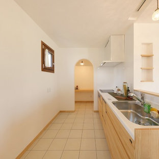他の地域の地中海スタイルのおしゃれなキッチン (淡色木目調キャビネット、アイランドなし、ベージュの床、白いキッチンカウンター、シングルシンク、インセット扉のキャビネット、人工大理石カウンター) の写真