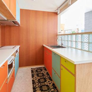 他の地域のミッドセンチュリースタイルのおしゃれなキッチン (ドロップインシンク、フラットパネル扉のキャビネット、ベージュの床、白いキッチンカウンター) の写真