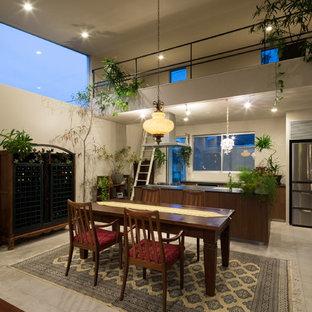 横浜のアジアンスタイルのおしゃれなキッチン (シングルシンク、フラットパネル扉のキャビネット、ベージュの床) の写真
