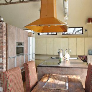 Immagine di una cucina design di medie dimensioni con lavello a doppia vasca, ante lisce, ante marroni, top alla veneziana, elettrodomestici neri, pavimento in legno massello medio e isola
