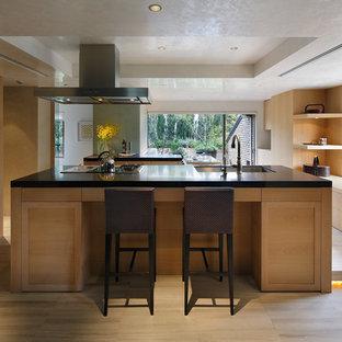 東京23区のミッドセンチュリースタイルのおしゃれなキッチン (シングルシンク、落し込みパネル扉のキャビネット、淡色木目調キャビネット、グレーの床) の写真
