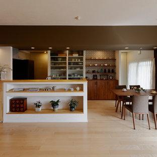 他の地域のアジアンスタイルのおしゃれなキッチン (フラットパネル扉のキャビネット、中間色木目調キャビネット、マルチカラーのキッチンパネル、淡色無垢フローリング、ベージュの床) の写真
