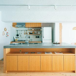 名古屋のモダンスタイルのおしゃれなキッチン (シングルシンク、フラットパネル扉のキャビネット、中間色木目調キャビネット、淡色無垢フローリング、ベージュの床) の写真
