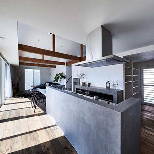 Idéer för industriella linjära kök med öppen planlösning, med mellanmörkt trägolv, en köksö och brunt golv