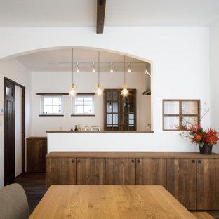 他の地域の地中海スタイルのおしゃれなキッチン (ドロップインシンク、濃色木目調キャビネット、タイルカウンター、白いキッチンパネル、濃色無垢フローリング、茶色い床) の写真