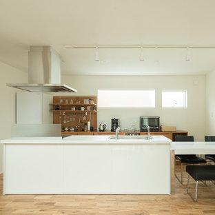 他の地域のモダンスタイルのおしゃれなキッチン (シングルシンク、無垢フローリング、茶色い床) の写真