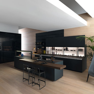 東京23区のモダンスタイルのおしゃれなキッチン (シングルシンク、フラットパネル扉のキャビネット、黒いキャビネット、塗装フローリング、ベージュの床) の写真