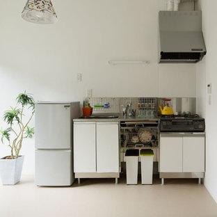 東京23区の小さいインダストリアルスタイルのおしゃれなキッチン (フラットパネル扉のキャビネット、白いキャビネット、メタリックのキッチンパネル、白い調理設備、アイランドなし、一体型シンク) の写真