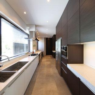 他の地域のコンテンポラリースタイルのおしゃれなキッチン (ダブルシンク、フラットパネル扉のキャビネット、濃色木目調キャビネット、ベージュの床) の写真