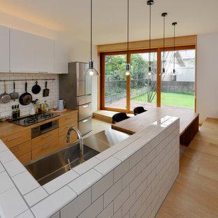 他の地域の和風のおしゃれなキッチン (一体型シンク、フラットパネル扉のキャビネット、白いキャビネット、木材カウンター、白いキッチンパネル、淡色無垢フローリング、ベージュの床、茶色いキッチンカウンター) の写真