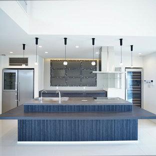 他の地域の巨大なモダンスタイルのおしゃれなキッチン (シングルシンク、人工大理石カウンター、グレーのキッチンパネル、大理石の床、白い床、グレーのキッチンカウンター) の写真