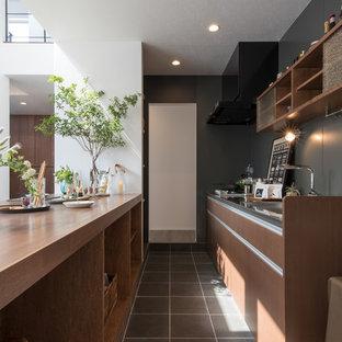 札幌のコンテンポラリースタイルのおしゃれなキッチン (フラットパネル扉のキャビネット、濃色木目調キャビネット、グレーの床、シングルシンク) の写真