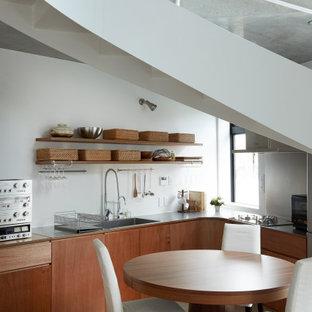 東京23区のインダストリアルスタイルのおしゃれなキッチン (一体型シンク、フラットパネル扉のキャビネット、中間色木目調キャビネット、ステンレスカウンター) の写真