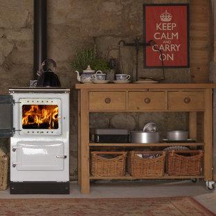 他の地域のカントリー風おしゃれなキッチン (オープンシェルフ、淡色木目調キャビネット、ベージュキッチンパネル、白い調理設備) の写真