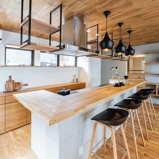 福岡の北欧スタイルのおしゃれなアイランドキッチン (フラットパネル扉のキャビネット、淡色木目調キャビネット、木材カウンター、淡色無垢フローリング) の写真