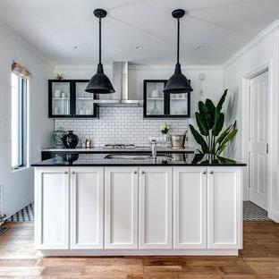 他の地域のトランジショナルスタイルのおしゃれなキッチン (シングルシンク、落し込みパネル扉のキャビネット、白いキャビネット、白いキッチンパネル、無垢フローリング、茶色い床) の写真