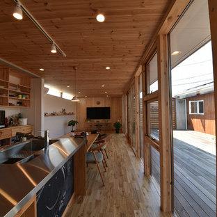 名古屋のアジアンスタイルのおしゃれなキッチン (シングルシンク、ステンレスカウンター、無垢フローリング、茶色い床) の写真