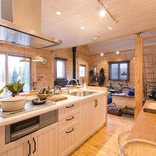 神戸のカントリー風おしゃれなアイランドキッチン (ドロップインシンク、インセット扉のキャビネット、白いキャビネット、白いキッチンパネル、淡色無垢フローリング) の写真