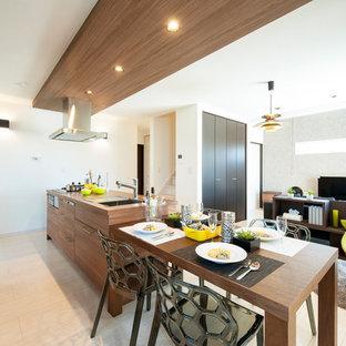 他の地域のモダンスタイルのおしゃれなキッチン (シングルシンク、フラットパネル扉のキャビネット、中間色木目調キャビネット、木材カウンター、ベージュの床、茶色いキッチンカウンター) の写真