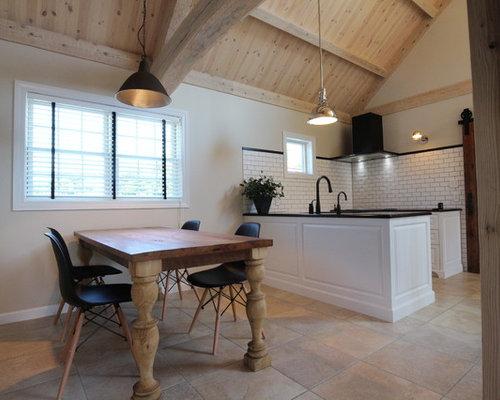 Cucina abitabile scandinava con pavimento in terracotta foto e