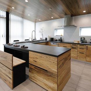 東京23区の巨大なモダンスタイルのおしゃれなキッチン (アンダーカウンターシンク、フラットパネル扉のキャビネット、中間色木目調キャビネット、クオーツストーンカウンター、ベージュキッチンパネル、木材のキッチンパネル、シルバーの調理設備、磁器タイルの床、アイランドなし、グレーの床、黒いキッチンカウンター) の写真