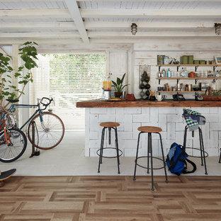 東京23区のインダストリアルスタイルのおしゃれなキッチン (塗装フローリング、茶色い床) の写真