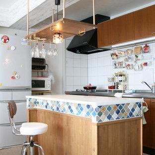 他の地域のエクレクティックスタイルのおしゃれなキッチン (シングルシンク、白いキッチンパネル、白いキッチンカウンター、フラットパネル扉のキャビネット、中間色木目調キャビネット) の写真