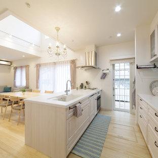 横浜のトラディショナルスタイルのおしゃれなキッチン (一体型シンク、落し込みパネル扉のキャビネット、白いキャビネット、淡色無垢フローリング、茶色い床) の写真